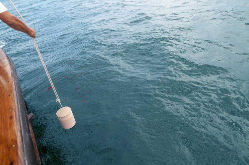 Seebestattung - Urne wird ins Wasser gelassen